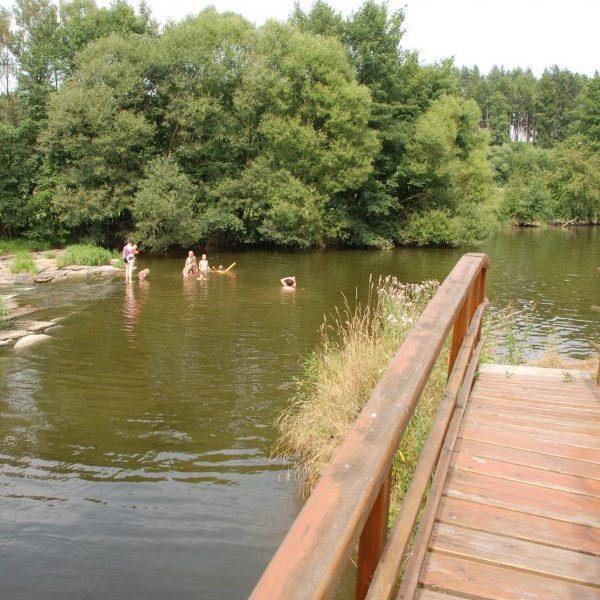 Schwimmen im Flussbad